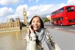 London - yrkesmässig affärskvinna på smartphonen Arkivfoto