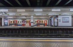 London-Zug, der im U-Bahnstation Turmhügel steht Lizenzfreies Stockbild