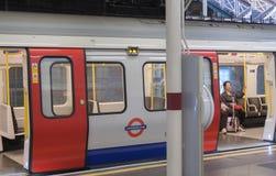 London-Zug, der in der U-Bahnstation steht Stockbilder