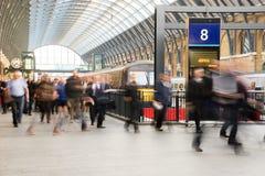 London-Zug-U-Bahnstations-Unschärfeleutebewegung Stockfotografie