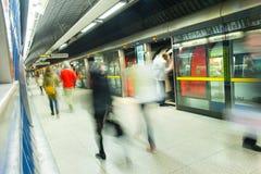 London-Zug-U-Bahnstations-Unschärfeleutebewegung Stockfotos