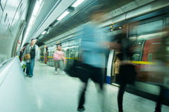 London-Zug-U-Bahnstations-Unschärfeleutebewegung in der Hauptverkehrszeit Lizenzfreie Stockfotos