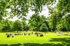 Londoners και τουρίστες που απολαμβάνουν την ηλιοφάνεια άνοιξη το Μάιο στο Χάιντ Παρκ στοκ φωτογραφία