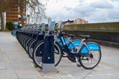 Londons Fahrradmiete-Kopplungsmanöverstation Stockfotos