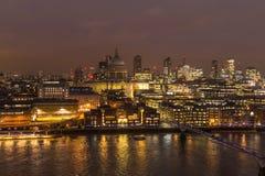 Финансовые городской пейзаж делового центра и река Темза на ноче в Londont стоковые фотографии rf