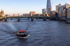 LONDRA, †BRITANNICO «13 dicembre 2018: Taglio della barca attraverso l'acqua in una baia blu il Tamigi Londra immagine stock