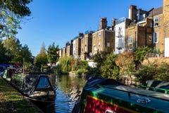 LONDRA, †BRITANNICO «21 ottobre 2018: File delle case galleggianti e delle barche strette sulle banche del canale al canale immagini stock