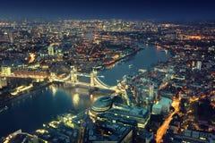 Londra alla notte ed al ponte della torre Immagine Stock Libera da Diritti