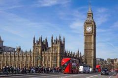 LONDRA - 24 APRILE 2017: C'è traffico di turismo di ogni giorno a Londra Automobili, taxi, bus e pedoni di migliaia Immagini Stock Libere da Diritti