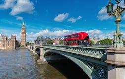 Londra Bella vista del ponte di Westminster e delle Camere di Parli immagine stock libera da diritti