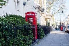 Londra Cabina telefonica rossa sulla via Fotografia Stock Libera da Diritti