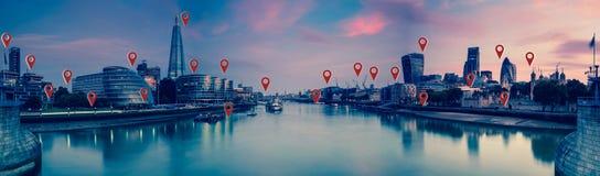 Londra con i perni della mappa, la rete ed il concetto piani dei collegamenti fotografia stock libera da diritti