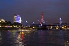 Londra di notte, vista della ruota di millennio dal Tamigi Fotografia Stock Libera da Diritti