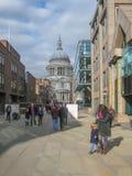 Londra /England /UK - 02/19/2013: Vista alla via in banche del Tamigi, con la mostra di arte e la gente che camminano nel centr fotografia stock libera da diritti