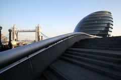 LONDRA - 31 GENNAIO: La città Hall Building di Londra e la torre gettano un ponte su il 31 gennaio 2011 a Londra, Regno Unito La  Immagini Stock Libere da Diritti