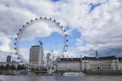Londra, giorno soleggiato e un cielo nuvoloso - London Eye ed il Tamigi fotografie stock libere da diritti