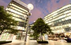 LONDRA - 14 GIUGNO 2015: Costruzioni della riva del fiume di Londra alla notte fotografia stock libera da diritti