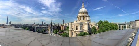 LONDRA - GIUGNO 2015: I turisti si avvicinano alla st Paul Cathedral Attr di Londra fotografie stock