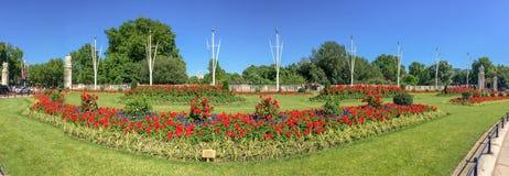 LONDRA - GIUGNO 2015: La gente gode di bello parco della città di estate s immagini stock