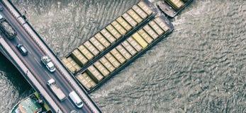 LONDRA - GIUGNO 2015: La nave da carico attraversa il Tamigi Il porto di immagine stock libera da diritti