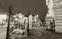 LONDRA - 11 GIUGNO 2015: Ne d'annata in bianco e nero di scena di traffico Fotografia Stock