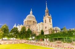 LONDRA - 29 GIUGNO 2015: St Paul Cathedral di visita dei turisti a vicino fotografie stock libere da diritti