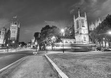 LONDRA - GIUGNO 2015: Traffico di notte lungo l'abbazia di Westminster ed il PA fotografia stock