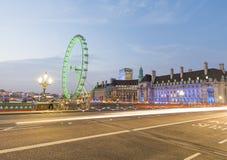 LONDRA - GIUGNO 2015: Turisti e traffico lungo Westminster Bridg fotografie stock libere da diritti