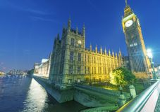 LONDRA - GIUGNO 2015: Turisti lungo il ponte di Westminster alla notte immagini stock