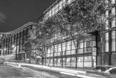 LONDRA - 29 GIUGNO 2015: Vista di notte delle vie della città La città ATT fotografia stock libera da diritti