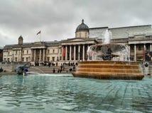 Londra/Gran Bretagna - 1° novembre 2016: Vista sul National Gallery attraverso la fontana sul quadrato di Trafalgar fotografie stock libere da diritti