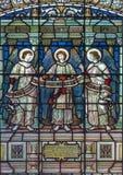 LONDRA, GRAN BRETAGNA - 15 SETTEMBRE 2017: Gli angeli con l'iscrizione sul vetro satined della chiesa del ` s di St James Fotografia Stock Libera da Diritti