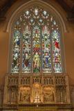LONDRA, GRAN BRETAGNA - 17 SETTEMBRE 2017: L'altare principale ed il vetro macchiato in chiesa quadrato di St Michael, Chester Immagini Stock