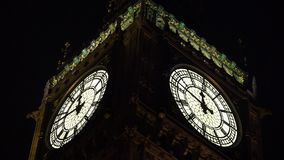 Londra grande Ben Closeup di notte, Elisabeth Tower Clock, punto di riferimento in 4K BRITANNICO video d archivio