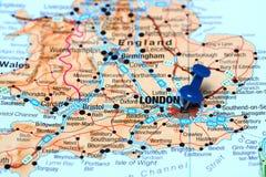 Londra ha appuntato su una mappa di Europa Immagini Stock Libere da Diritti