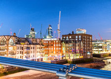 Londra ha illuminato l'orizzonte al crepuscolo Immagini Stock Libere da Diritti