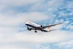 LONDRA, INGHILTERRA - 22 AGOSTO 2016: Atterraggio di G-ZBKB British Airways Boeing 787-9 Dreamliner nell'aeroporto di Heathrow, L Immagine Stock Libera da Diritti