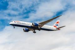 LONDRA, INGHILTERRA - 22 AGOSTO 2016: Atterraggio di G-ZBKB British Airways Boeing 787-9 Dreamliner nell'aeroporto di Heathrow, L Fotografia Stock