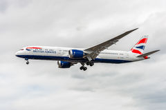 LONDRA, INGHILTERRA - 22 AGOSTO 2016: Atterraggio di G-ZBKK British Airways Boeing 787-9 Dreamliner nell'aeroporto di Heathrow, L Fotografia Stock