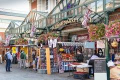 Londra, Inghilterra - 30 agosto 2016: I pedoni esaminano le stalle differenti il mercato Corridoio di giubileo Fotografia Stock Libera da Diritti