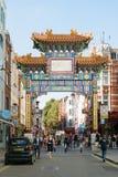 Londra, Inghilterra - 30 agosto 2016: La gente attraversa il nuovo portone cinese sulla via di Wardour in Chinatown Fotografie Stock