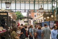 Londra, Inghilterra - 30 agosto 2016: La gente passa il tempo nei corridoi del mercato di Apple del giardino di Covent Immagini Stock