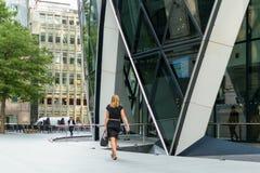 Londra, Inghilterra - 31 agosto 2016: Le passeggiate non identificate di una donna di affari passano il cetriolino Fotografie Stock