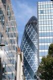Londra, Inghilterra - 31 agosto 2016: Paesaggio urbano con l'esterno 30 della st Mary Axe conosciuta come il cetriolino nella cit Immagine Stock