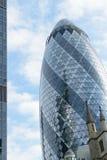 Londra, Inghilterra - 31 agosto 2016: Paesaggio urbano con l'esterno 30 della st Mary Axe conosciuta come il cetriolino nella cit Immagine Stock Libera da Diritti