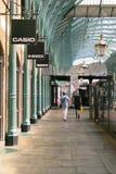 Londra, Inghilterra - 30 agosto 2016: Passeggiata della gente nei corridoi del mercato di Covent Fotografie Stock Libere da Diritti