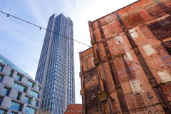 LONDRA, INGHILTERRA - 25 APRILE: torre del sud Londra della banca Bassa marea su costruzione con la sua comunità dei boutique di  Fotografia Stock