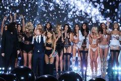 LONDRA, INGHILTERRA - 2 DICEMBRE: I modelli posano con gli esecutori Hozier, Taylor Swift, Ed Sheeran e Ariana Grande durante il  Fotografia Stock