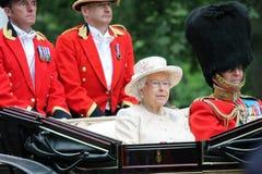 Londra, Inghilterra - 13 giugno 2015: Regina Elizabeth II in un trasporto aperto con principe Philip per radunare il colore 2015  Fotografie Stock