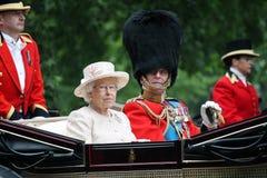 Londra, Inghilterra - 13 giugno 2015: Regina Elizabeth II in un trasporto aperto con principe Philip per radunare il colore 2015  Immagine Stock